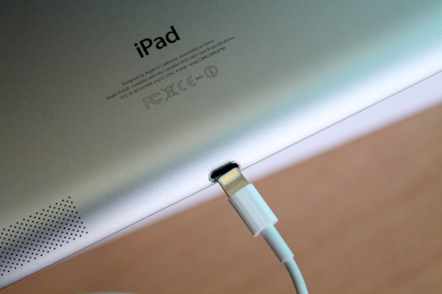 The new lighting contact appear quite compact but incompatible with the last-generation iPhones or iPads