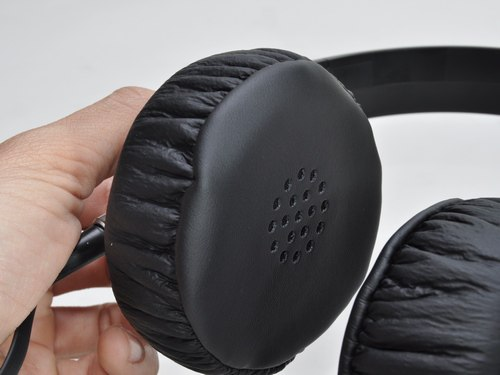 The on n-ear Sony MDR-XB300 features thick cushion coated by artificial leather, efficient in eliminating noise