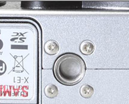 The X-E1's tripod socket is located in the center of the lens, which can be complicatedly linked to several tripod operations, like panorama shooting. It is also located right next to the door of the battery compartment. That means you do not have the opportunity to change the battery or SD card when placing the camera on a tripod.