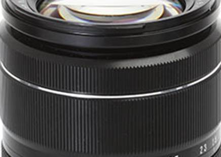 The zoom and focus rings of the 18-55mm zoom are separated by a thin metal ring, in addition to a beautiful picture approach to design. Both operate very smoothly.